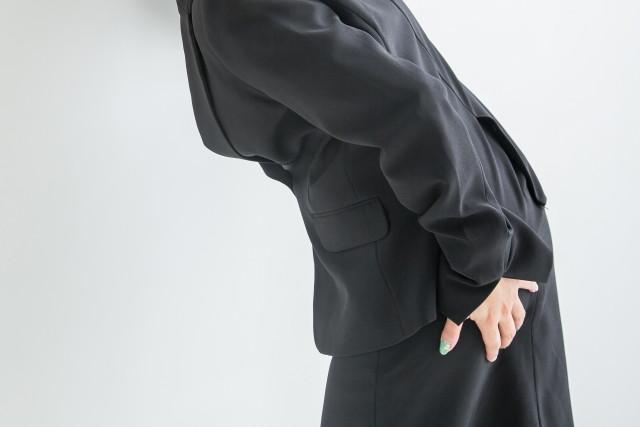 坐骨神経痛のつらい症状に悩む女性