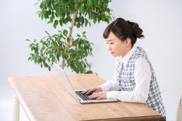 パソコン操作中の姿勢も首に負担をかける原因になります