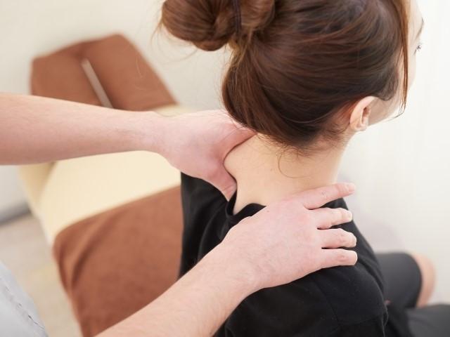背中を優しく揺らす施術で身体の歪みを整えて姿勢を改善します