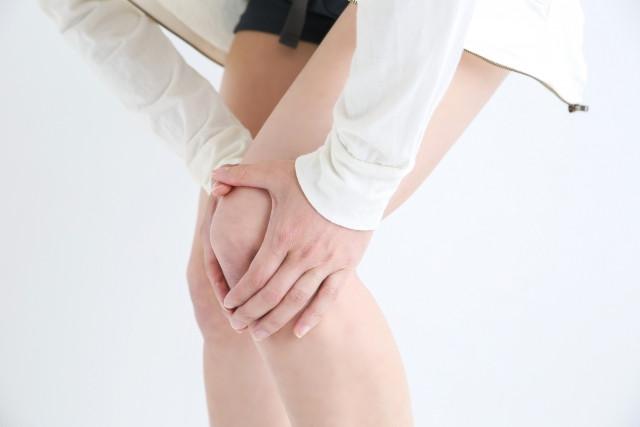 つらい膝痛の症状に悩む女性