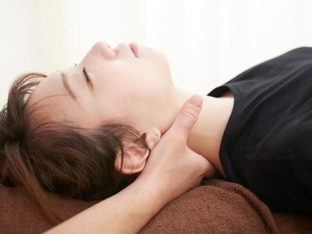 優しく揺らす施術で身体のバランスを整える施術で改善します
